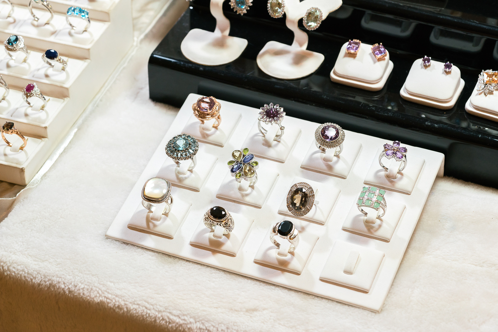 Biżuteria farmaceutyczna mogłaby być wykorzystywana również do podawania innych substancji niż hormony (fot. Shutterstock)