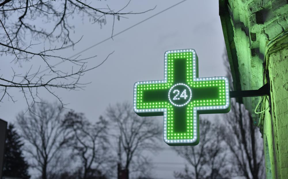 Apteka całodobowa w Śremie miała rozwiązać problem dyżurów w tym mieście. Okazuje się, że Starostwo ponownie zaskoczyło aptekarzy (fot. Shutterstock)