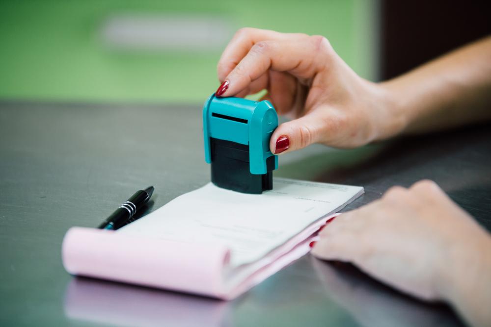 """Nowelizacja jest kolejną już w ramach """"deregulacji pieczątkowej"""", przeprowadzanej przez Ministerstwo Zdrowia (fot. Shutterstock)"""