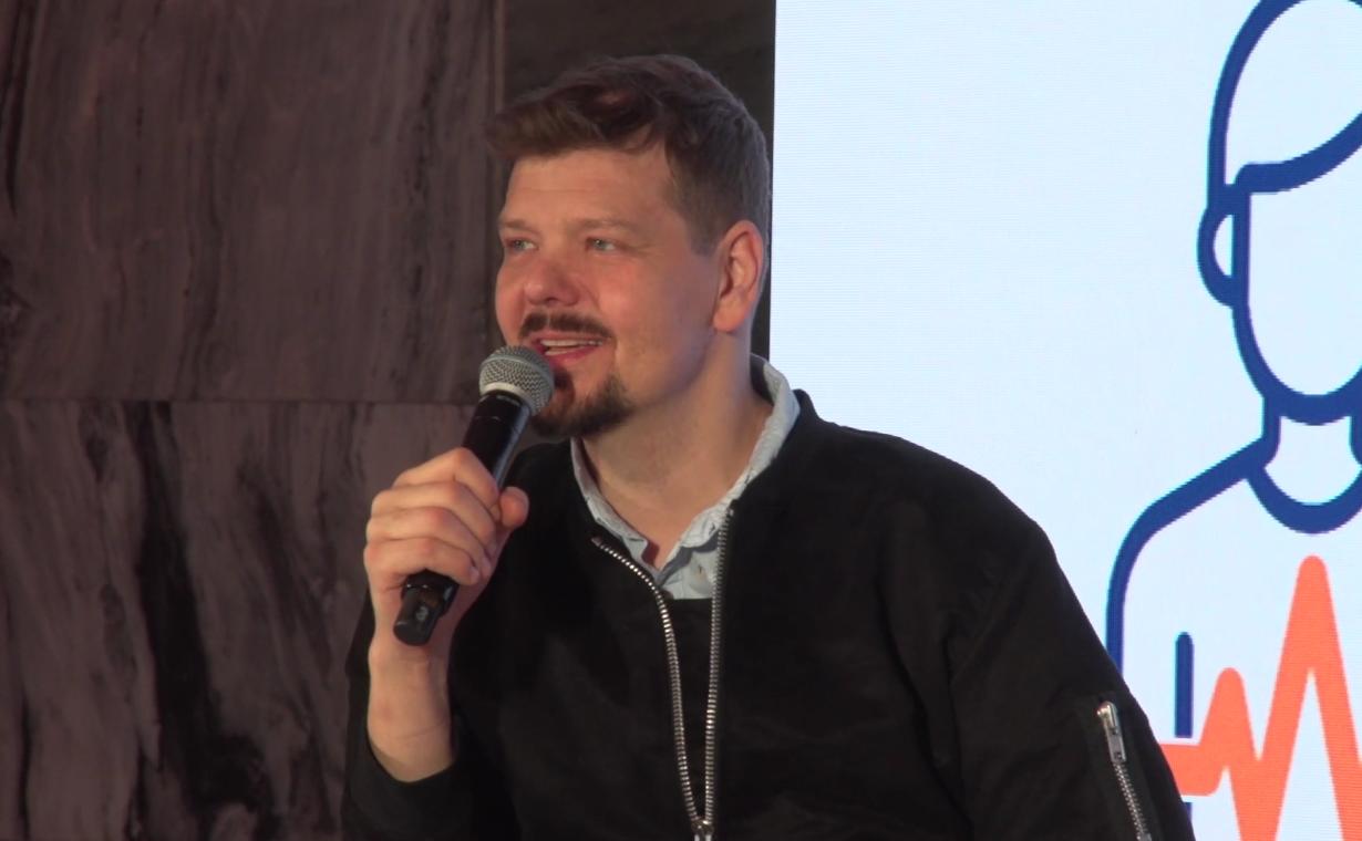 """""""W pewnym okresie swojego życia, poruszałem się na wózku inwalidzkim i miałem problem z wykupieniem leków"""" - mówił Michał Figurski (fot. newsrm.tv)"""
