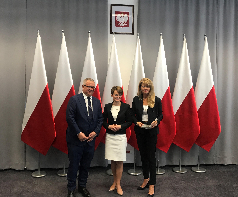 Odznaczenia w imieniu Prezesa Rady Ministrów Mateusza Morawieckiego wręczyła Minister Jadwiga Emilewicz (fot. Adamed)