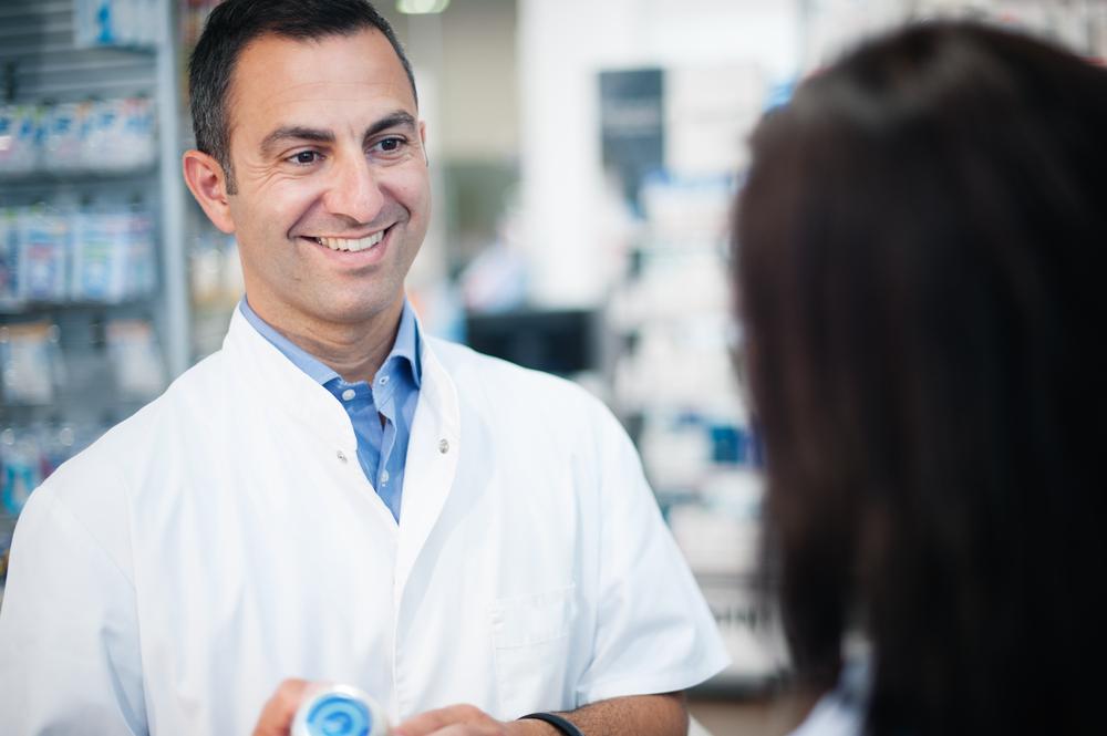 Średnie koszty związane z zaszczepieniem osoby dorosłej były niższe w aptekach w porównaniu z gabinetami lekarskimi i innymi placówkami medycznymi odpowiednio o 16-26% i 11-20% (fot. Shutterstock)