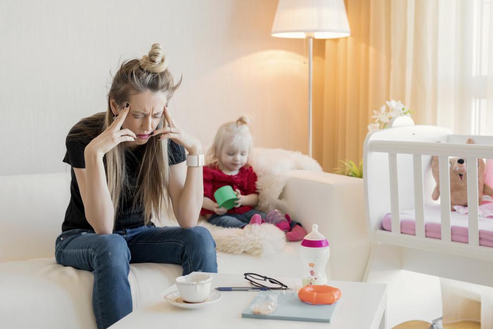 Presja, którą wiele kobiet narzuca sobie w macierzyństwie i nieosiągalne oczekiwania wobec siebie, to pierwszy krok do wypalenia (fot. Shutterstock)