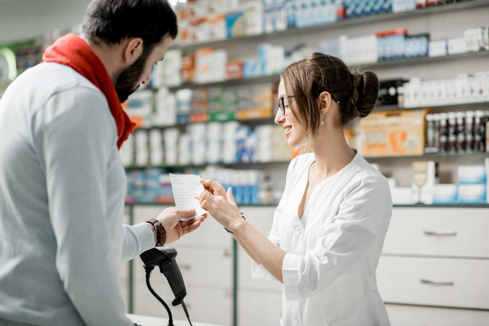"""""""Nie po to wznawialiśmy kształcenie techników farmaceutycznych, dbając o wysokie europejskie standardy, by UOZF całkowicie paraliżowała i sprowadzała do poziomu uzależnienia od nadzoru w punktach aptecznych"""" - piszą posłowie (fot. Shutterstock)"""