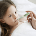 Jaka gorączka u dziecka wymaga podania leku? Spór o reklamę...