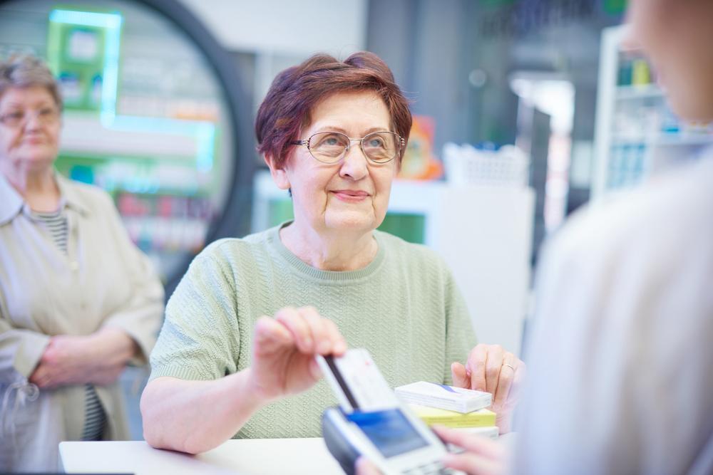 Resort zdrowia nie zamierza zmniejszać progu wiekowego, powyżej którego pacjenci mogliby otrzymać darmowe leki (fot. Shutterstock)