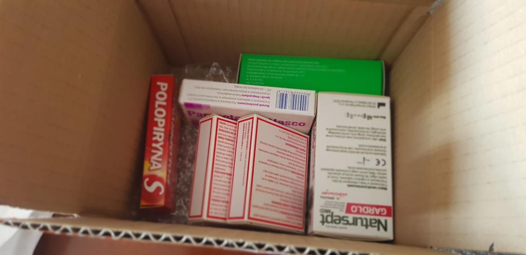 Każda z pięciu aptek zapakowała zamówione przez nas leki w zwykłe, kartonowe pudełko. W środki znalazło się jeszcze stabilizujące wypełnienie w postaci zmiętego papieru lub folii bąbelkowej. Żadnej izolacji termicznej, czy wkładu chłodzącego (fot. MGR.FARM)