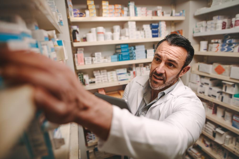 W Szkocji, dzięki rozszerzeniu tzw. Minor Ailment Service, farmaceuci zyskali nowe uprawnienia - mogą oni sprawdzić w karcie zdrowia pacjenta, jakie leki stale przyjmuje, i wydać je bez recepty lekarskiej(fot. Shutterstock).