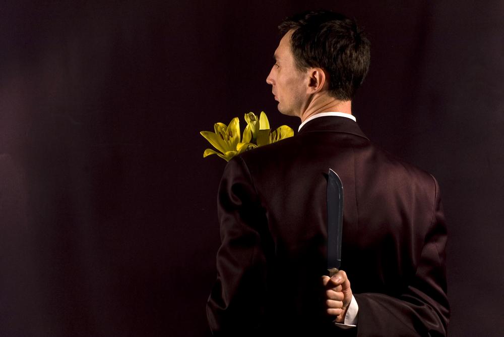 Lekarz zwabił swoją ofiarę do tylnego wejścia apteki udając dostawcę kwiatów (fot. Shutterstock)