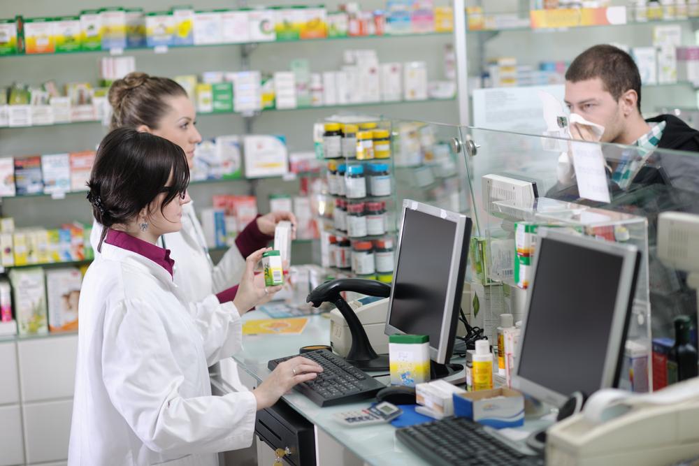 Ekspert wskazuje, że niezbędne jest zweryfikowanie informacji dotyczących wprowadzenia urlopu szkoleniowy dla farmaceutów (fot. Shutterstock)