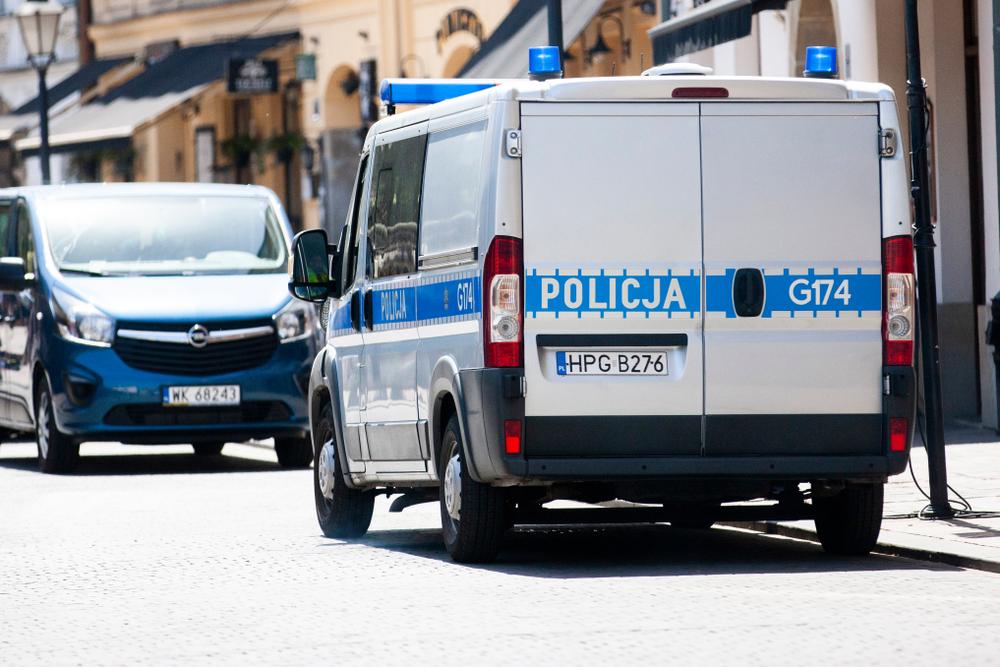W trakcie przeszukiwania mieszkania 49-latka policjanci natrafili na duże ilości substancji medycznych w postaci kapsułek i płynów (fot. Shutterstock).