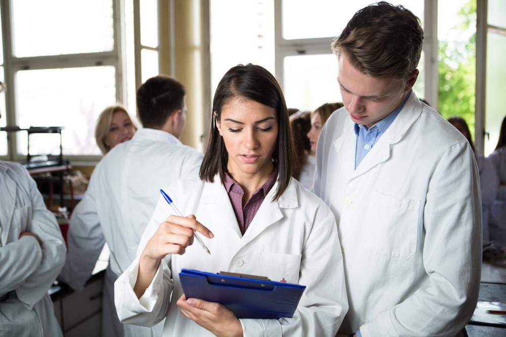 """Uniwersytet Opolski to druga już uczelnia, która w ciągu kilku ostatnich lat uruchomiła kierunek studiów """"farmacja"""" (fot. Shutterstock)"""