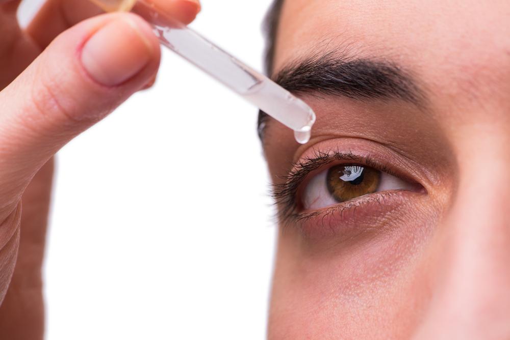 """W Instytucie Hematologii i Transfuzjologii od około 30 lat przygotowywane są preparaty tzw. """"sztucznych łez"""" z autologicznej surowicy pacjentów z zespołem suchego oka (fot. Shutterstock)"""