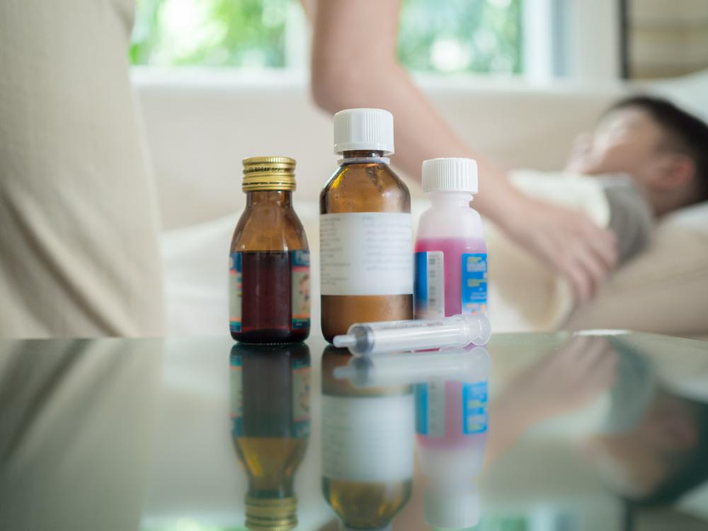 W leku dla dzieci na dolegliwości przewodu pokarmowego, zamiast omeprazolu znalazł się minoksydyl (fot. Shutterstock)