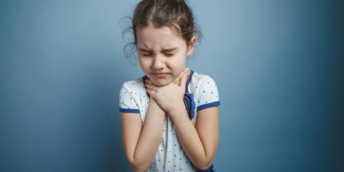Co tak naprawdę zawierają popularne preparaty na infekcje gardła dla dzieci?