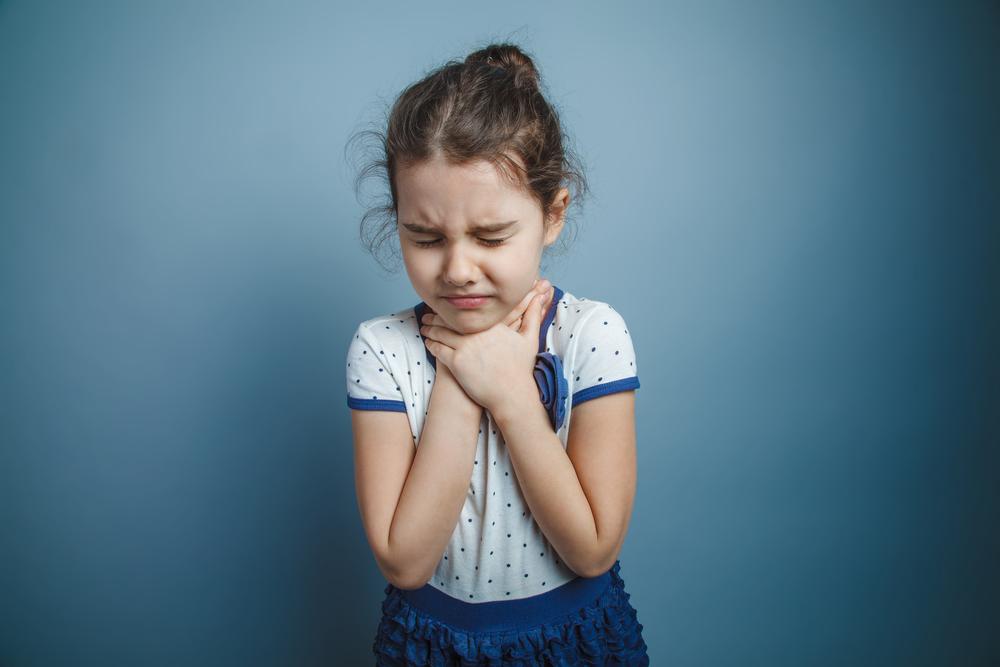 Ból gardła u dzieci najczęściej jest jednym z typowych objawów infekcji górnych dróg oddechowych (fot. Shutterstock)
