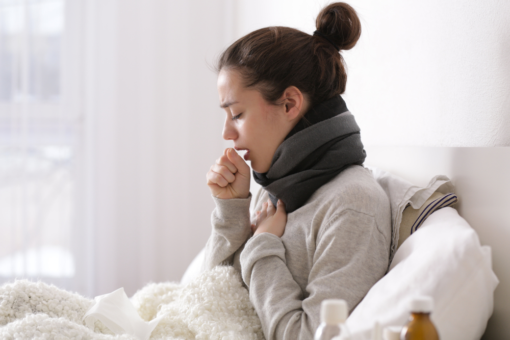 Zastosowania gwajafenezyny sprawia, że kaszel staje się bardziej produktywny – łatwiej dochodzi do usunięcia zalegającej w drogach oddechowych wydzieliny (fot. Shutterstock).