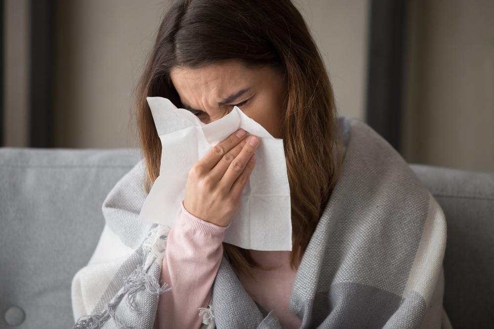 Wraz ze zbliżającym się sezonem infekcyjnym wzrastać będzie liczba pacjentów dotkniętych problemami nieżytu nosa i zatok (fot. Shutterstock).