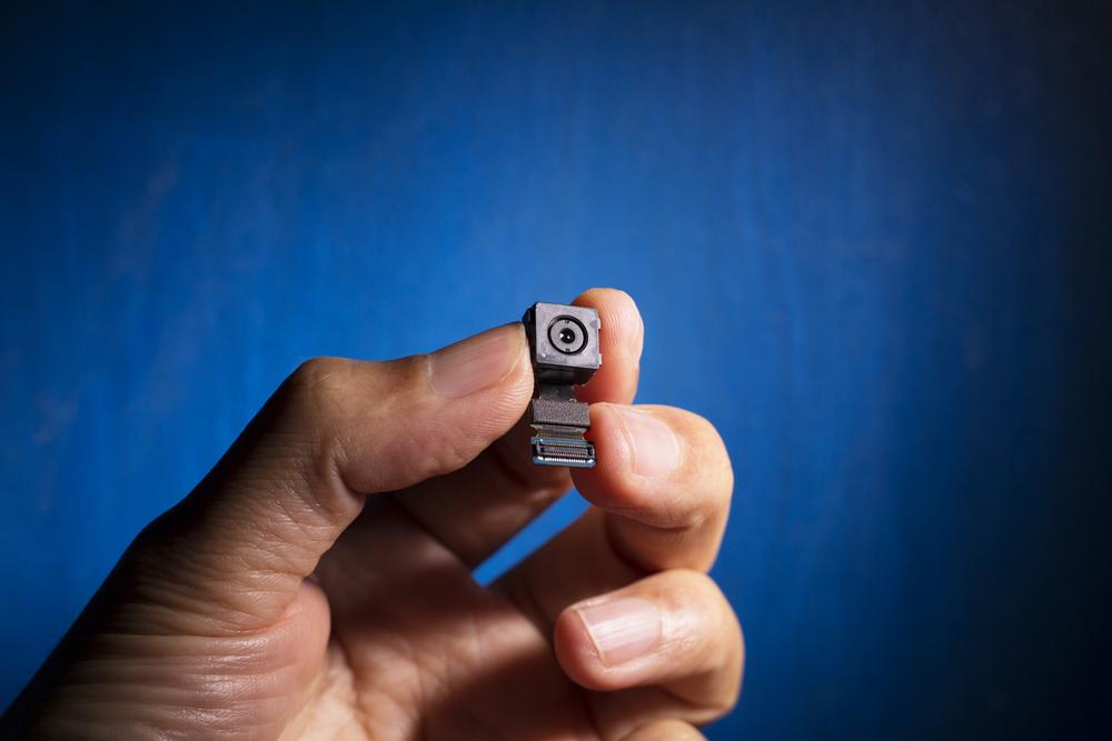 Kamera ukryta przez mężczyznę miała wielkość mniejszą niż jeden cal sześcienny (fot. Shutterstock)