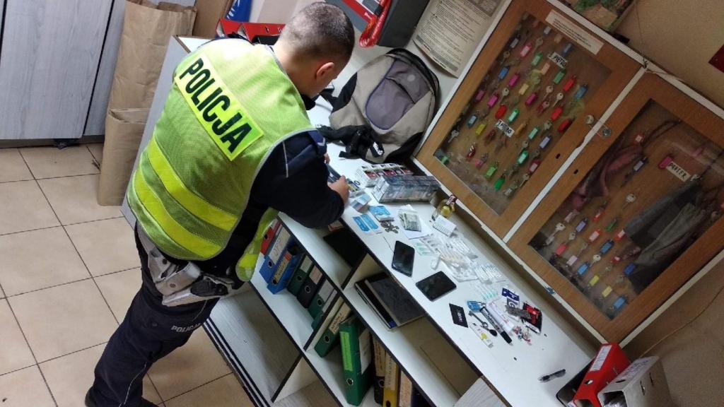Do komisariatu przyszła kobieta, która chciała zgłosić kradzież telefonu komórkowego z pobliskiej apteki gdzie pracuje (fot. lodz.policja.gov.pl)
