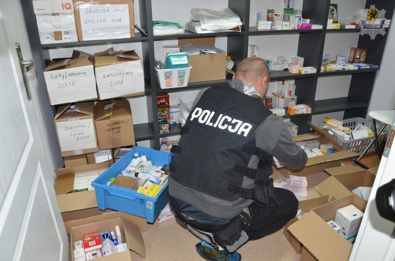 Zatrzymano 16 osób i zabezpieczono leki w ilości ok. 1900 opakowań (fot. Pomorska Policja)