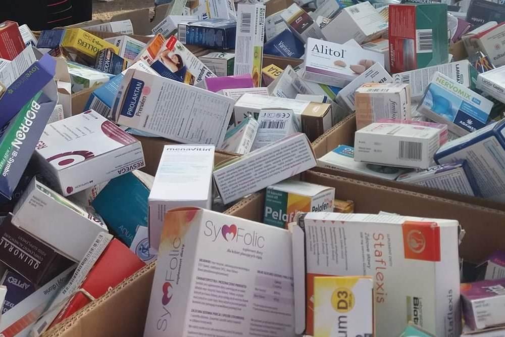 Na warszawskim bazarze Olimpia można tam dostać po okazyjnej cenie przeterminowane leki oraz suplementy diety (fot. Twitter).
