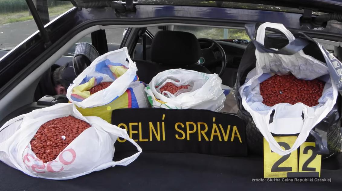 Kryminaliści przeniknęli do nieuczciwych hurtowni i aptek, z których wywożone są nielegalnie leki z pseudoefedryną (fot. YouTube)