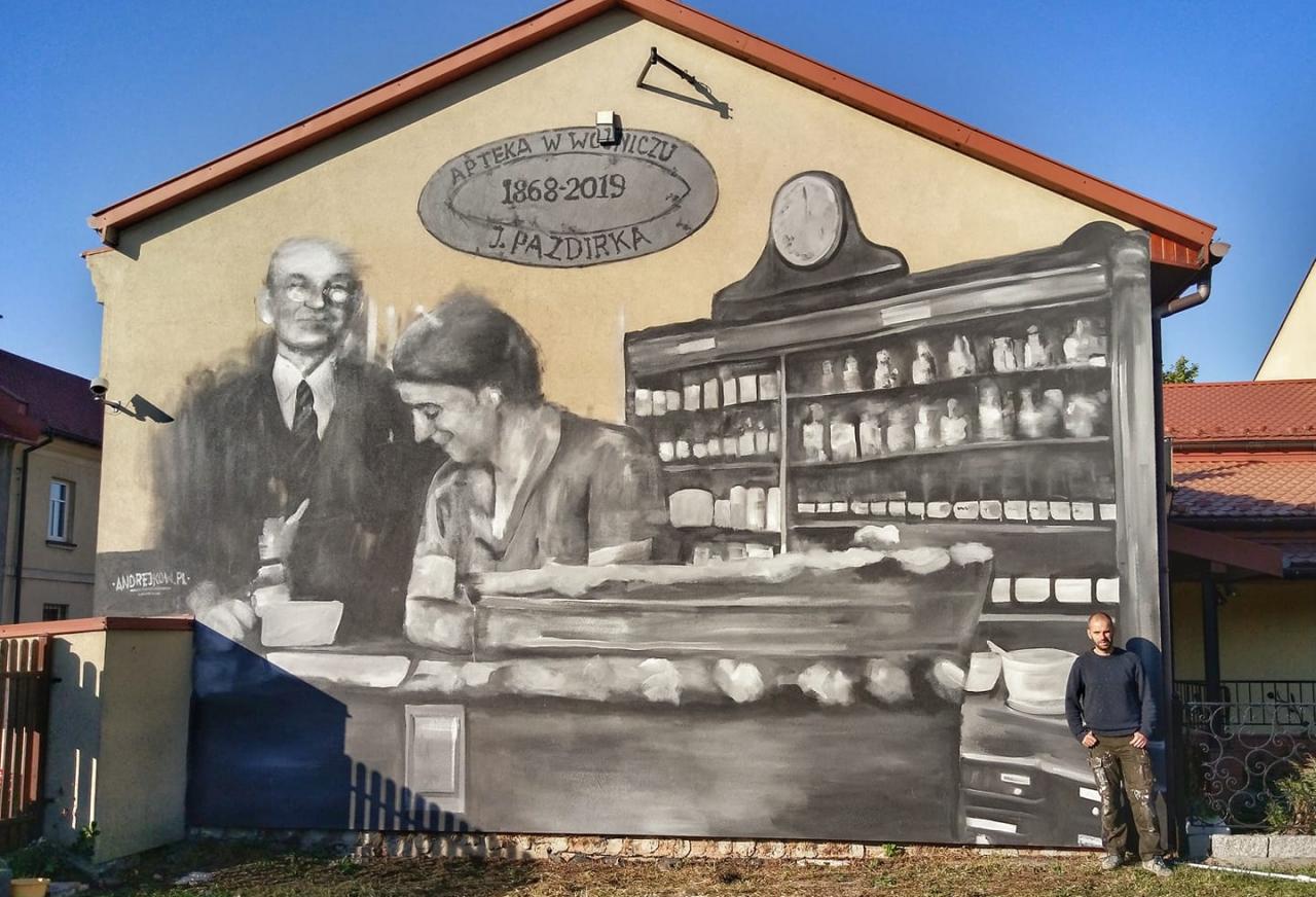 Arkadiusz Andrejkow prezentuje ukończony mural w Wojniczu (fot. Facebook)