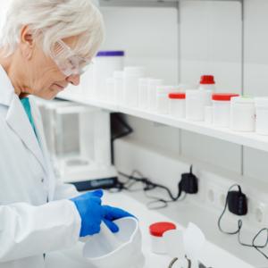 Zatrudnianego w aptece farmaceutę emeryta lub rencistę należy zgłosić