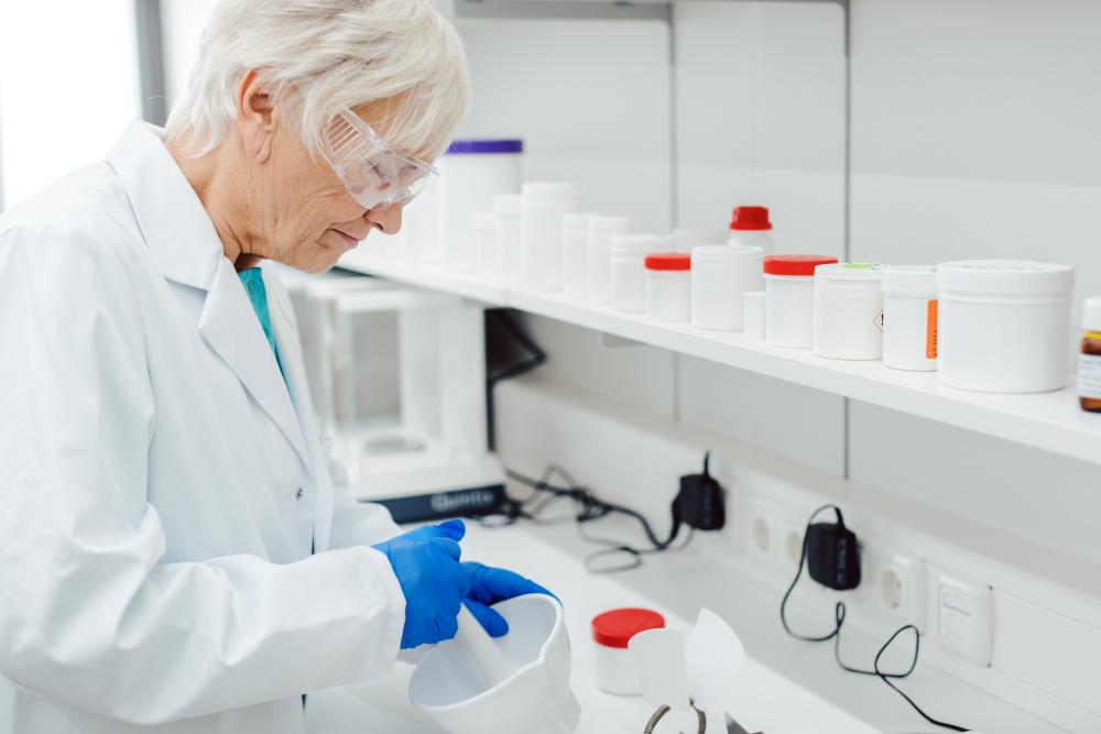 NFZ weryfikuje podczas kontroli w aptece dane zatrudnianych farmaceutów z zapisem w CRF. Emeryci często są z niego wykreśleni (fot. Shutterstock)