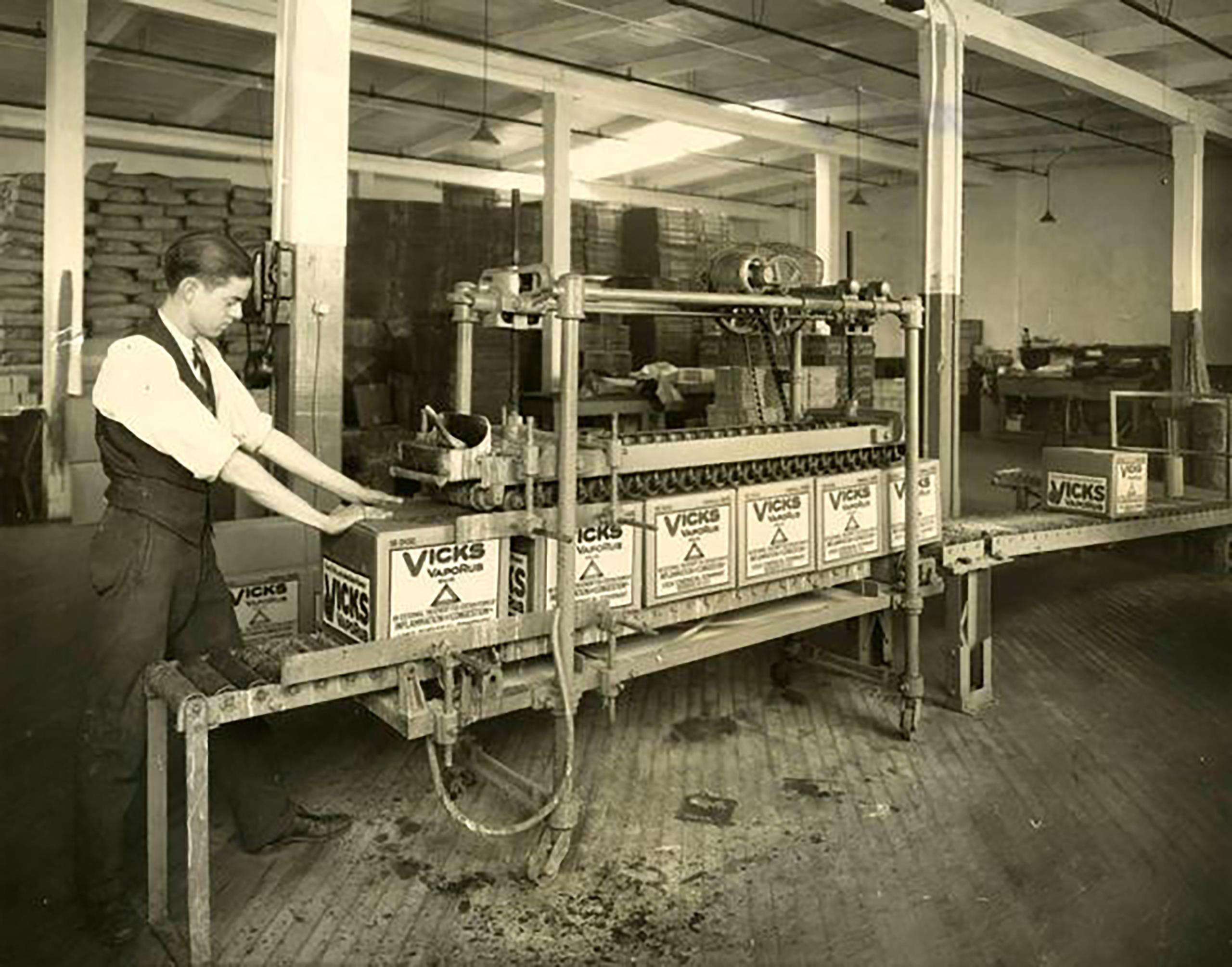 Lek Vicks VapoRub produkowany jest już od 125 lat. Rocznie z taśm produkcyjnych zjeżdżają 23 miliony opakowań leku (fot. materiały producenta)