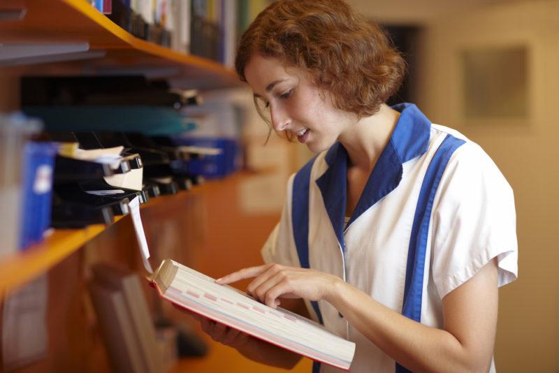Każda apteka ma obowiązej zapewnienia dostępu do aktualnej Farmakopei (fot. Shutterstock)