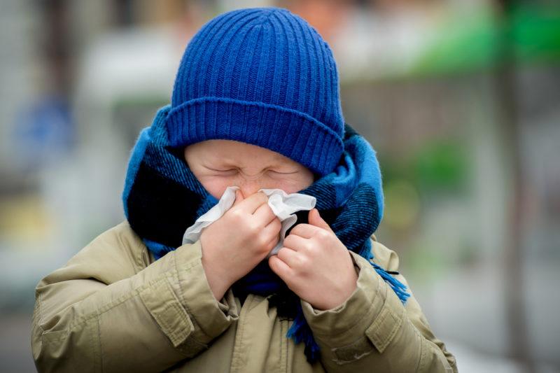 Katar u dzieci należy do najczęstszych objawów infekcji dróg oddechowych, która zdarza się nawet 6 do 8 razy do roku (fot. Shutterstock).