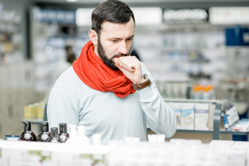 Pacjent cierpi na silny ból gardła, z trudnością przełyka ślinę (fot. Shutterstock).