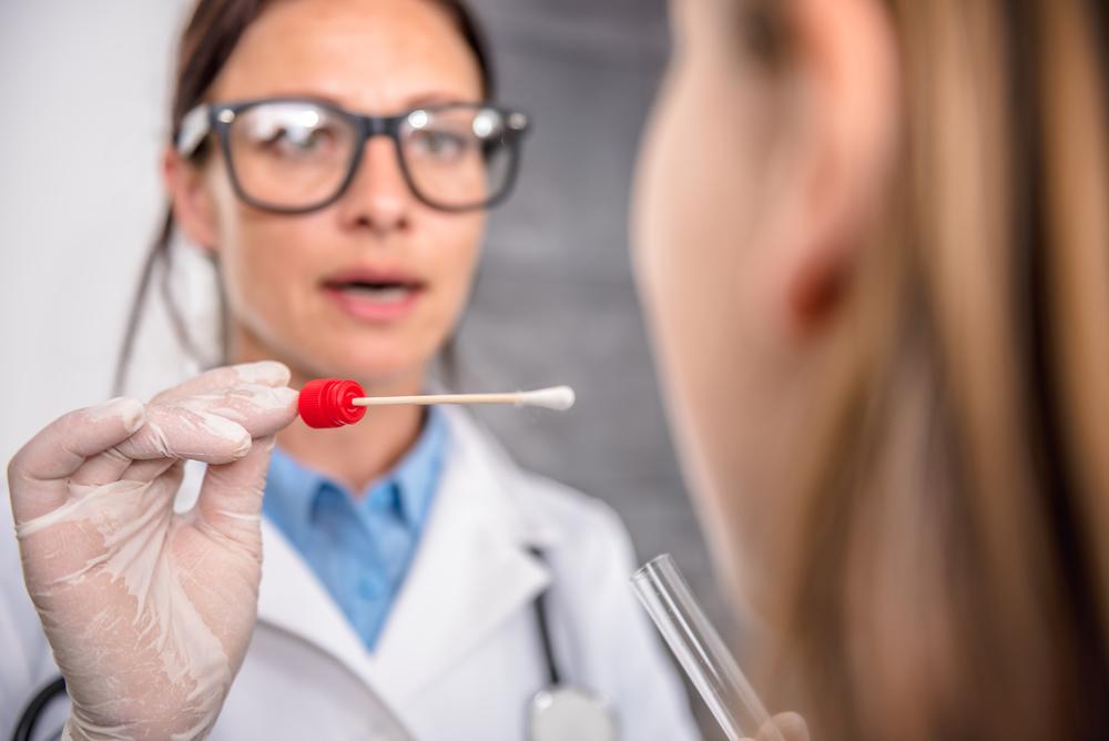Farmaceuci jako grupa zawodowa zostali objęci szybką ścieżką diagnostyczną dotyczącą testów na obecność koronawirusa (fot. Shutterstock).