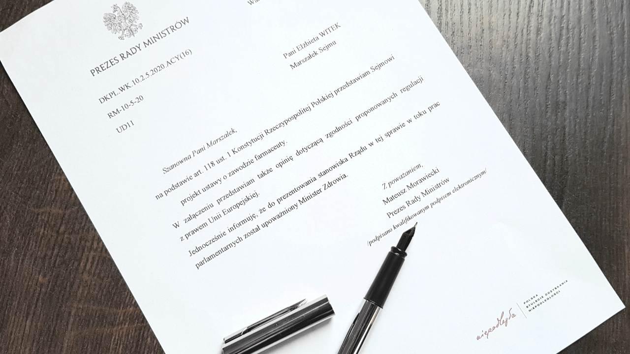 Całość dokumentacji dotyczącej projektu ustawy o zawodzie farmaceuty, jaka została skierowana do Sejmu, obejmuje ponad 800 stron (fot. MGR.FARM)