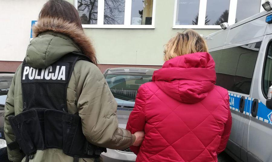 W trakcie przeszukań apteki należącej do jednej z podejrzanych, zabezpieczono 8 kartonów produktów leczniczych, zawierających przeterminowane leki, a także 100 opakowań leków deficytowych (fot. Prokuratura Krajowa)
