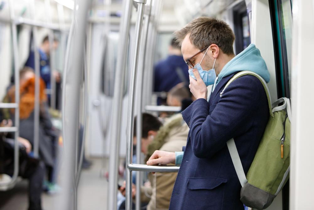 """Co więcej, nawet jeśli w przypadku obowiązku noszenia maski, część osób będzie mniej skupiona na zachowaniu innych środków ostrożności, """"działania zapobiegawcze nie będą całkowicie podważone""""(fot. Shutterstock)."""