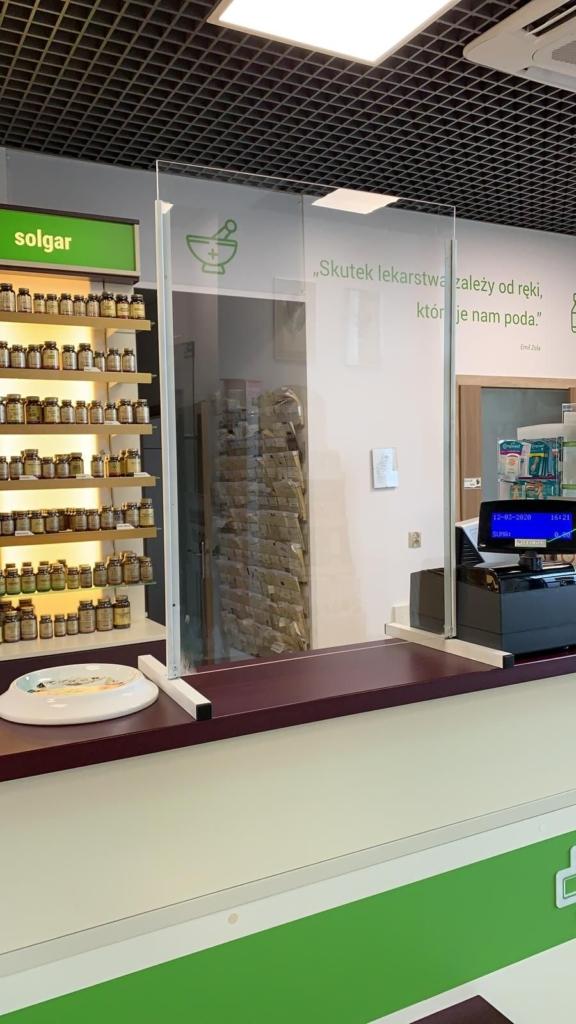 Prowizoryczna szyba w jednej z wielkopolskich aptek. Zdjęcie nadesłane przez Prezes WOIA