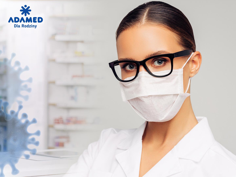 Farmaceuci oraz technicy farmaceutyczni powinni być wyposażeni w maseczki ochronne, przyłbice i rękawiczki (fot. Adamed).