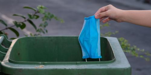 Rękawiczki i maseczki wyrzuć do odpadów zmieszanych