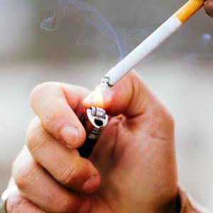 Palenie może być powiązane z postępem objawów COVID-19?