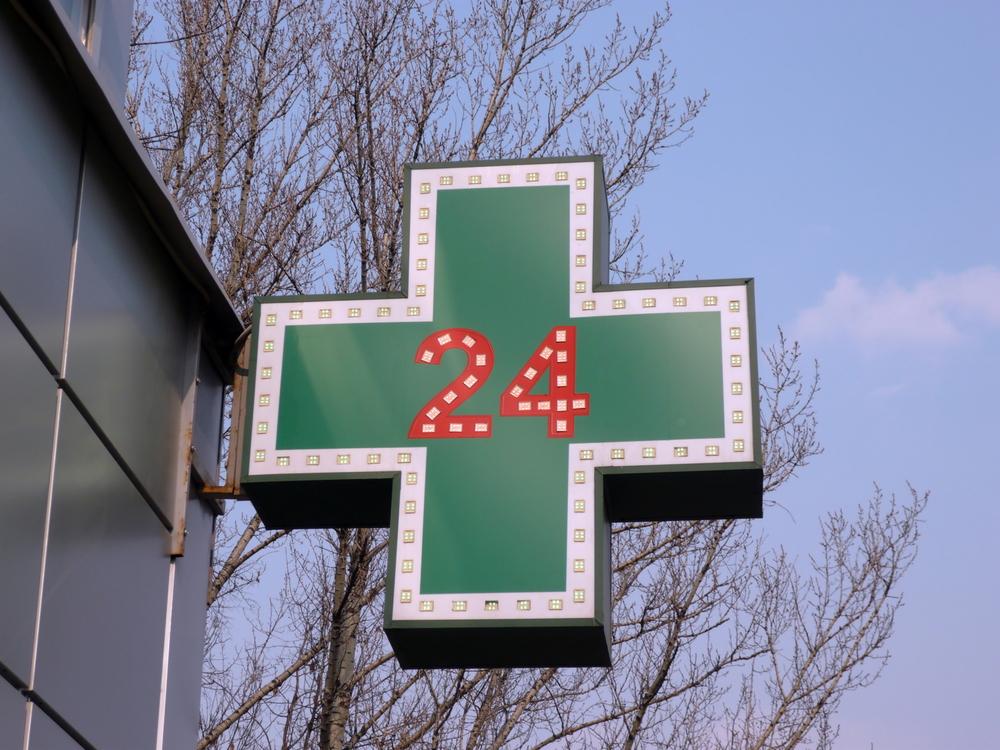 Dotychczas funkcjonująca w trybie 24-godzinnym, apteka z suwalskiego szpitala podjęła decyzję o ograniczeniu godzin pracy między 22:00 a 7:00(fot. Shutterstock).