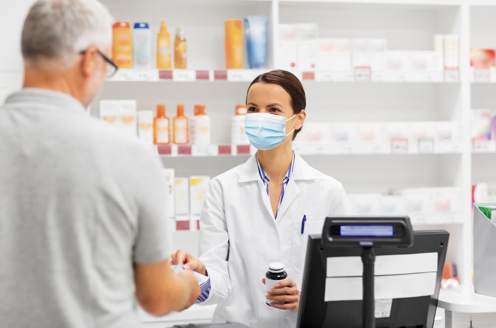 Co więcej, apelował on, mając w pamięci wydarzenia z czasu pierwszego lockdown'u, kiedy to farmaceuci stali się ofiarami agresji ze strony pacjentów, by w aptekach zachować spokój i zachowywać się w sposób wyrozumiały wobec jej pracowników (fot. Shutterstock).
