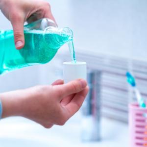 Prezes izby aptekarskiej wśród twórców nagrodzonego płynu przeciw grzybicy jamy ustnej…