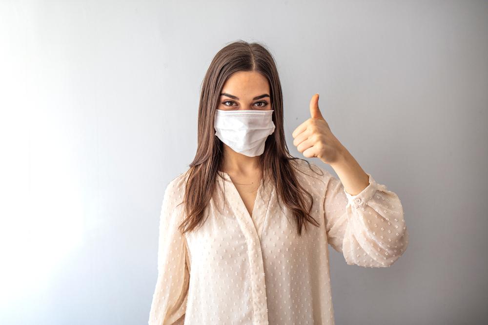 Podkreślał on także, że maseczka, oprócz tego, że kluczowym narzędziem do powstrzymania rozprzestrzeniania się wirusa, jest również symbolem solidarności(fot. Shutterstock).
