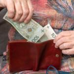 Emerytka traci pieniądze. Na czym polega kradzież