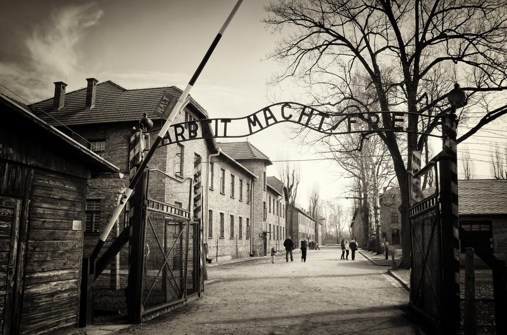 Eksperymenty na więźniach Auschwitz to czarna karta w historii przemysłu farmaceutycznego (fot. Shutterstock)