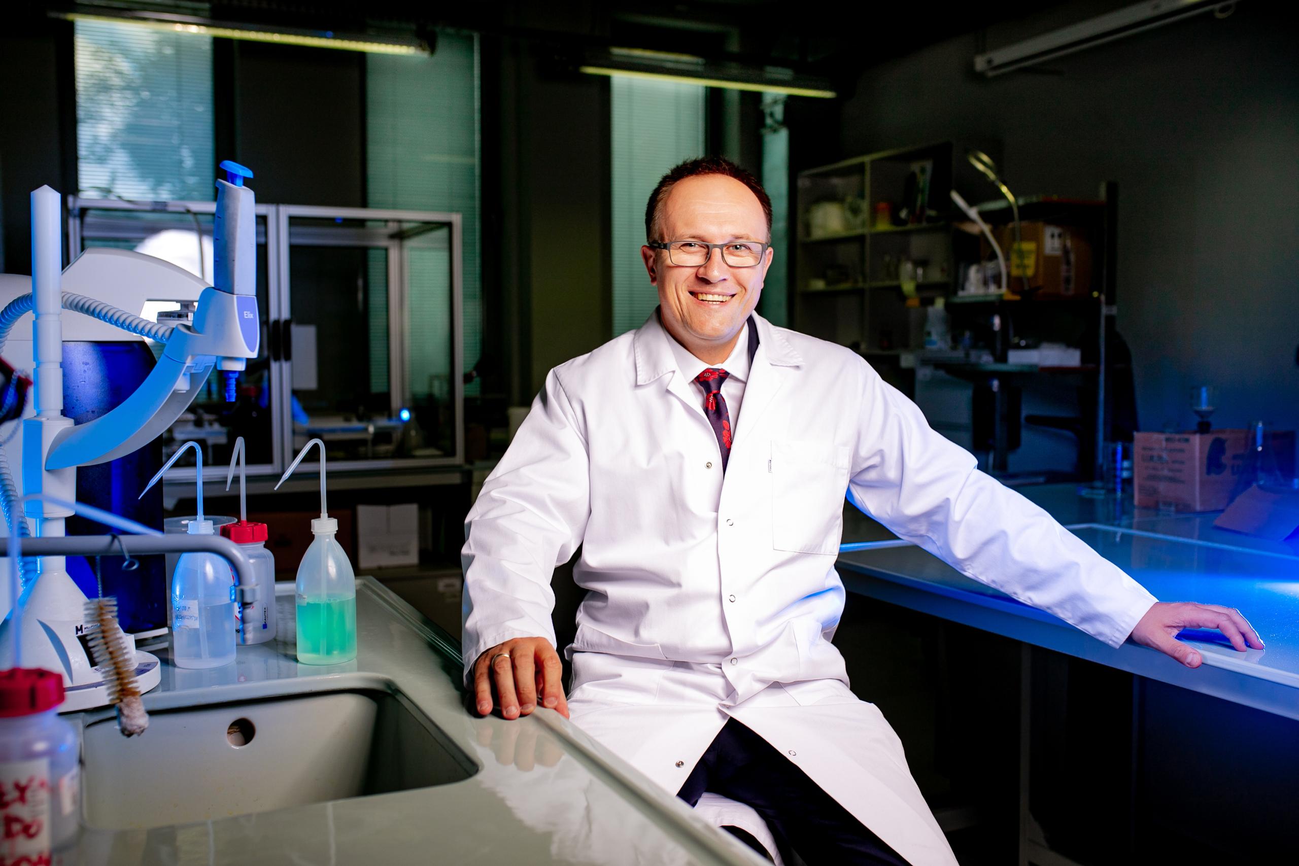 """""""W dobie starzejącego się społeczeństwa kluczową rolę będzie odgrywała opieka farmaceutyczna, ponieważ aptek jest więcej niż placówek medycznych i są ogólnodostępne. To farmaceuta stoi na pierwszej linii kontaktu z pacjentem"""" - mówi dr n. farm. Piotr Merks (fot. MGR.FARM)"""
