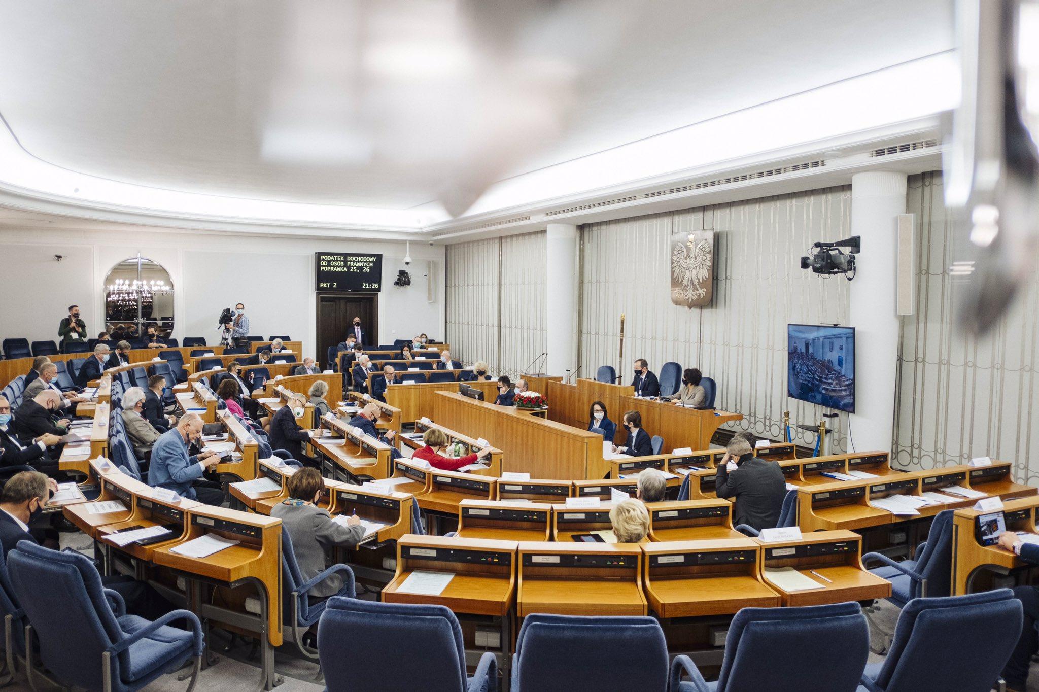 Senatorowie przyjęli ustawę o zawodzie farmaceuty. Najbardziej kontrowersyjne poprawki przyjęto przewagą kilku głosów... (fot. Senat/Twitter)